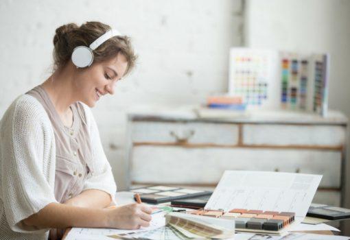 Lavorare con la musica: più produttività o concentrazione minore?